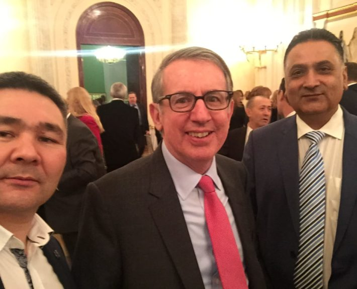 С генеральным консулом США Томас Лири, Почетный консул Пакистана  Абдул Рауф Ринд.